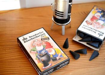 ドイツのお香専門メーカーが作ったお香は、パッケージに描かれた小人がかわいらしい。伝統的な製法と素材にこだわって作られています。クリスマスをイメージした甘い香りや、サンダルウッド、もみ、オレンジ、シナモンなどの香りの種類があります。