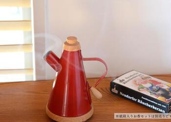こちらのお香立てはケトルの形です。まるでお湯が沸くように、ケトルの口から煙が立ち上ります。お香の煙を楽しく演出してくれる名脇役ですね。