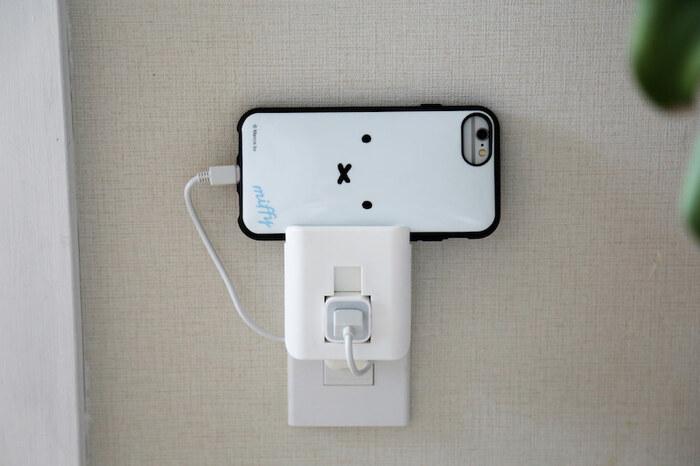 充電中のスマホを床置きしてしまう、という方におすすめなのが充電器ホルダーです。 iPhone用ですが、ケーブルとACアダプタをひとまとめにでき、上部にはiPhoneを挟み込むスペースも備えた充電器ホルダーです。