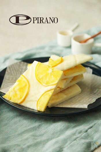 はちみつ漬けしたレモンをのせた、爽やかなヨーグルトバークです。材料もとてもシンプルなので、初めての方でも気軽に挑戦できます!