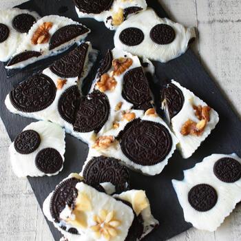 トッピングにオレオ、バナナ、くるみを使用したヨーグルトバーク♪オレオの甘さがあるので、はちみつ等は不要です。食感の違いが楽しいレシピです!