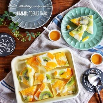 ここからはアレンジレシピをご紹介!まずは、パイン、マンゴー、キウイ、オレンジゼリーをのせた夏にぴったりのヨーグルトバークです♪カラフルな見た目も可愛いですね。