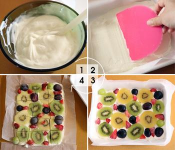用意するものは、ヨーグルト、はちみつ、お好みのフルーツです。まずヨーグルトは水切りをし、はちみつを加えて混ぜます。シートを敷いたバットにヨーグルトを流し入れ、ゴムベラなどで平らにします。そこにカットしたフルーツをヨーグルトに軽く埋め込むようにのせ、冷凍庫で凍らせます。
