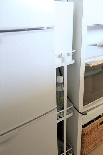 冷蔵庫の間など、隙間が確保できそうなら、収納アイテムを導入してみませんか? こちらのお宅では、冷蔵庫と背面カウンターの間にフィットする、towerスリムキッチンワゴンを導入して、わずか12cmの隙間が収納可能になりました。