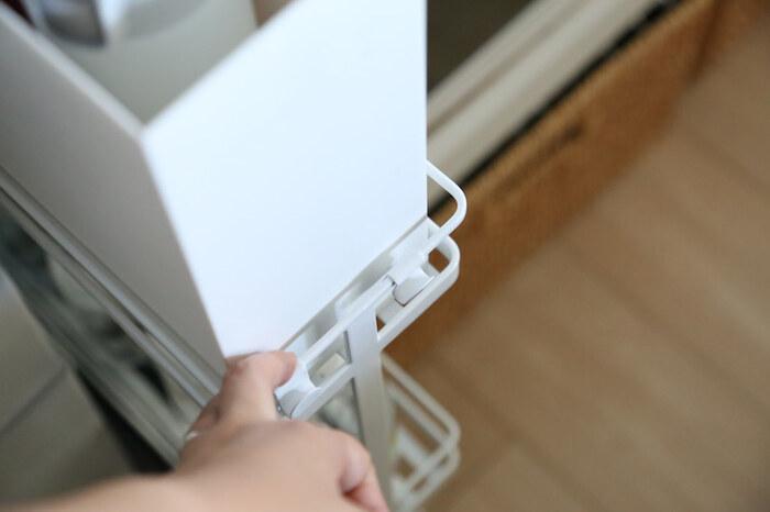 ちなみに上段にセットしているのは、無印良品の書類ボックス。ちょうどぴったりなサイズなんですね。ボックスが使えれば、さらに収納力がUPするので、非常食を収納しやすくなります。  また、このように足元がキャスタータイプだと、出し入れや掃除がスムーズにできて◎ 隙間収納アイテムは種類がたくさんあるので、活用できる隙間がないか探してみましょう。