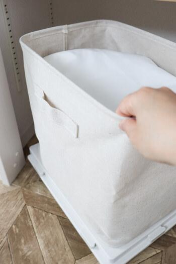 床に直置きはやっぱり気になるという方は、ボックスの下に平台車を仕込むと雰囲気が変わります。 ストック品で重たくなっても、可動させやすいので、掃除も億劫ではなくなりますね。