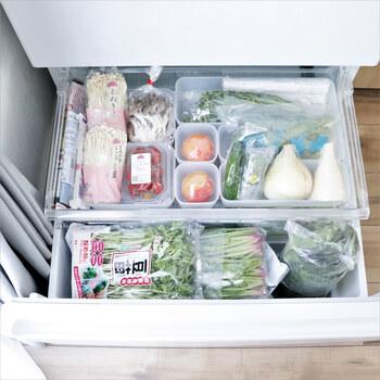 いっぽう、野菜室は開いて見やすい下段にあることが多いので、一つひとつが見やすく使い忘れがないよう、いろいろなサイズのボックスを駆使して管理する方法が合っています。  野菜やパッケージの色と混ざらないようなクリアケースや白いケースに入れると、より見やすくなりますよ。