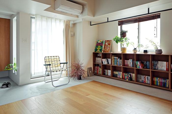 日当たりのよい場所に、横に広い大きめの収納棚とお気に入りの椅子を並べて。漫画本などカラフルな本が多い場合は、奥行きのある棚を選んで手前にも本を並べられるようにすると、隠す・見せるが自由にできます。