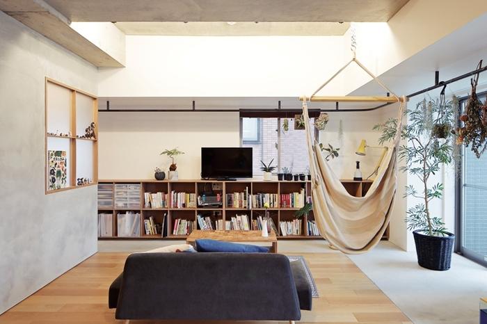 横に広い本棚なら、テレビ台として使うこともできますね。本棚を置いて圧迫感が出るのが嫌、という一人暮らしさんにもおすすめです。