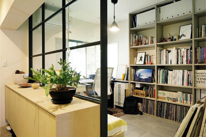 仕事の関係で本が多いという人は、仕事用スペースの近くに大きな本棚を置いて、収納を一箇所にまとめるという手も。近くに窓があったり、持ち家の場合は内窓があったりすると、背の高い本棚を置いても圧迫感が出にくくなります。