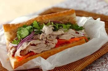 豚こま肉を使った豚しゃぶをはさんだレシピです。豚こま肉を使うことでボリューム感がUP! 干しエビや刻んだアーモンドの食感がアクセントになります。紫玉ねぎの色味が見た目も華やかに魅せますね。