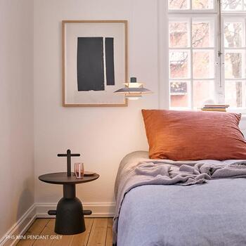 丸い形のテーブルと照明に、四角いモチーフのポスターをコーディネート。さりげないメリハリが効いています。