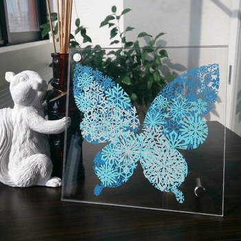 幾重にも重ねた雪の結晶と蝶のシルエット。冬の訪れを美しく表現した切り絵です。雪の結晶を花などのモチーフに変えることで、ほかの季節も楽しめます。