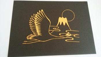シンプルなラインで富士山と鶴を描いた和の切り絵。とてもシンボリックで印象的なデザインですね。黒の背景に金色の図柄が浮かび上がり、格調があります。お正月の飾りにもおすすめ。