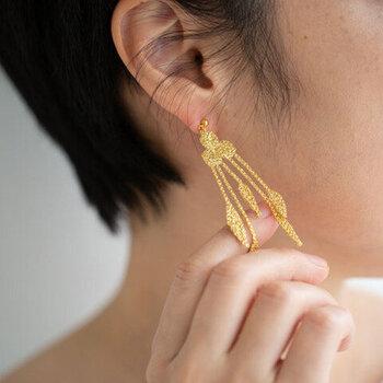 ヘアスタイルをアップにするときやショートの方は、耳元に存在感のあるアクセサリーをつけると、コーデが一気にワンランアップします。 ラメの糸で紡いだ繊細な刺繍の葉っぱのモチーフのピアス(イヤリング)。ゆらゆらと揺れ動いて、優雅に耳元を演出します。ゴールド・シルバー・艶のあるブラックの3色。