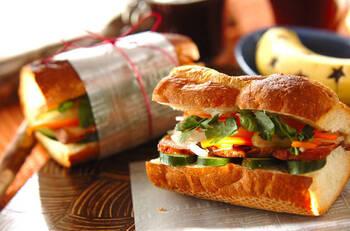 焼き豚を使ったレシピ。ナンプラーで味付けをした野菜の酢漬けには、セロリを加えてシャキシャキ食感もプラスして。軽くトーストしたパンに塗るピーナッツオイルがない場合は、ごま油でも代用可。簡単にラッピングすれば持ち寄りにも◎