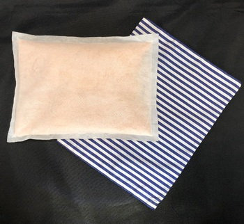 ヒマラヤ原産の岩塩を使って作られた塩まくら。ストライプ柄のカバーが涼しげで、インテリアにも馴染んでくれるおしゃれなデザイン。