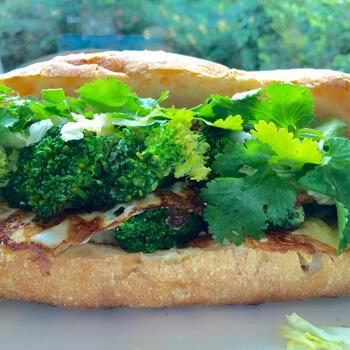 野菜たっぷり!時間がない時にささっと作れるお役立ちレシピ。なますはキャベツの即席甘酢漬けで代用。お肉を入れない代わりにカリっと焼いた目玉焼きでボリューム感を出します。ヘルシーな朝食にぜひ♪