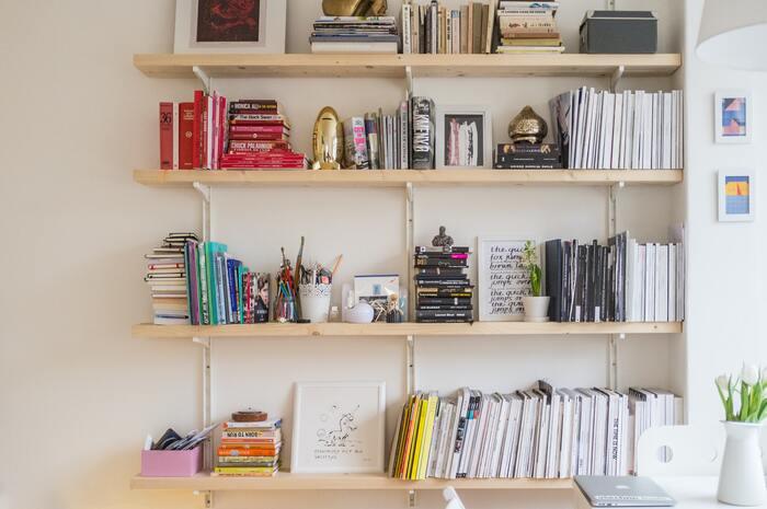 お気に入りの雑貨やポスターを飾る時に余白を意識するように、本やレコードを収納する棚にも余白があると、ディスプレイとして「魅せる」ことができます。ブックエンドの代わりに重さのあるオブジェを置いたり、表紙を見せて飾ったり、関係のない雑貨や小物を置いてみたり。そうすることでもっとあなたらしく、好きな空間に変わっていくはずです。