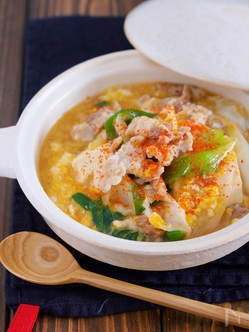豚肉と豆腐、卵でたっぷりのタンパク質を取れる肉豆腐。5分コトコト煮るだけでできる、忙しい平日の夜にも嬉しい一品。豚肉は脂身の少ない部位を選ぶと、胃にもやさしいですよ。