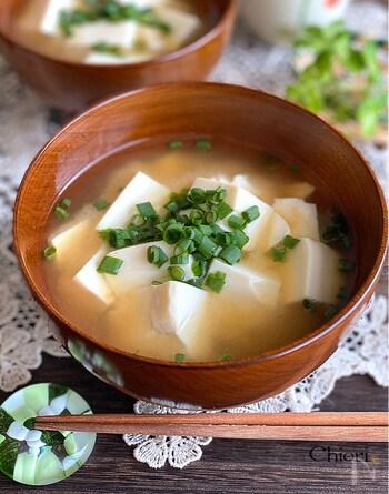 「味噌汁は医者いらず」といわれるくらい、日本の代表的な健康メニューの味噌汁。栄養価の高い具材といっしょに、パパッとつくれる味噌汁は仕事帰りにもありがたい一品です。朝晩味噌汁を摂ることで、睡眠の質もアップするといわれています。
