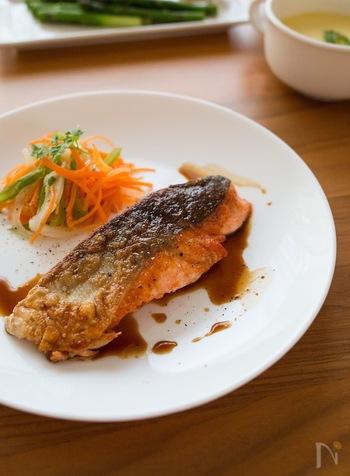 睡眠の質をあげる成分のトリプトファンも多く含まれている鮭は、栄養の宝庫。ビタミンや、DHAやEPAなど栄養たっぷりで、スーパーフードとも言われています。バター醤油で焼いた鮭に、レモンをかけて夏でもさっぱり美味しく食べられます。