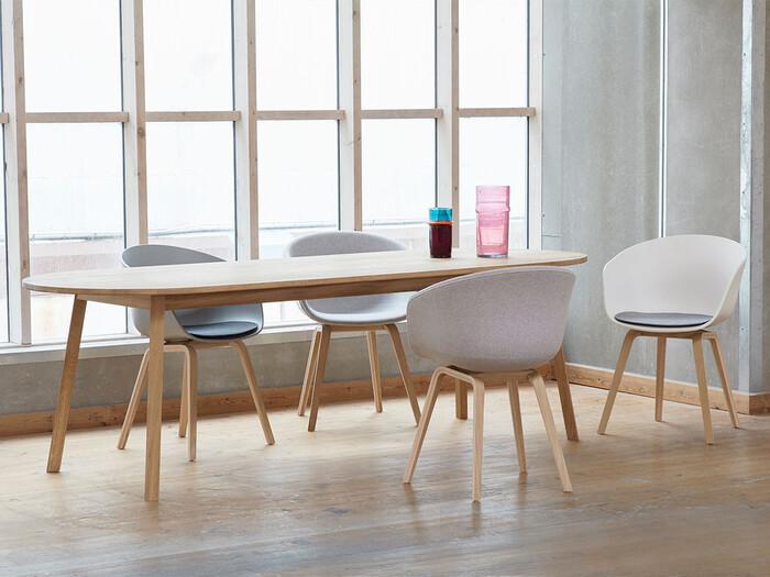シンプルで様々なテイストに合わせやすいから、長く使う予定、かつサイズも大きめなダイニングテーブルやソファといったアイテムに選ぶのもおすすめ。