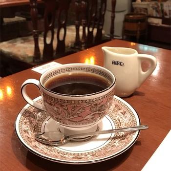 コーヒー豆には海外の契約農園などで栽培されたものを使用し、自社の焙煎工房で焙煎してその日のうちにお店へ届けています。そのため豆の産地がはっきりしており、シングルオリジン(単一品種)もブレンドも楽しめるのが魅力。分厚いメニューにはコーヒー豆の特徴や契約農園について詳しく載っているのでぜひ見てみてくださいね。