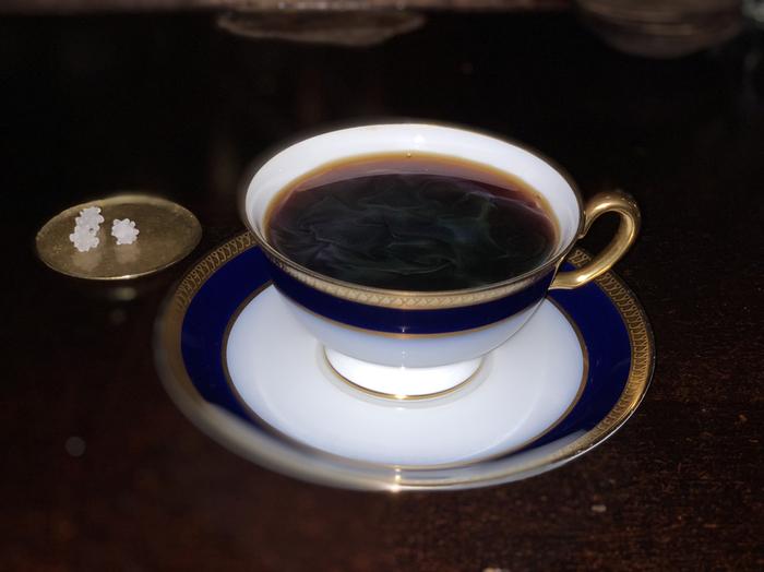 このお店最大の特徴は、自家焙煎の深煎りコーヒー豆を使っていることです。メニューはコーヒーとミルクコーヒー、そして本日のデザートのみ。ペーパードリップかネルドリップかも選ぶことができ、金平糖が必ずついてきます。金平糖で引き立てられる、深煎り豆の香りと深い苦みはたまりません。