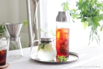 シンプルで洗練されたデザイン。見ているだけで涼しくなるようなガラスのカラフェは、麦茶やフレーバーウォーターなど夏のドリンクにぴったりです。