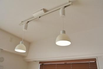 ダクトレール(ライティングレール、スライドコンセント)とは、複数の照明を付けられるレール状の照明用パーツのこと。