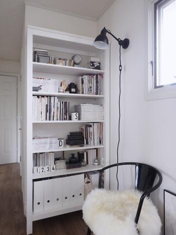 モノトーンでコーディネートされた本棚。椅子や照明を置いて、ゆったりと読書できる空間も傍にスタンバイしておくと、思い立った時にいつでも本が読めます。