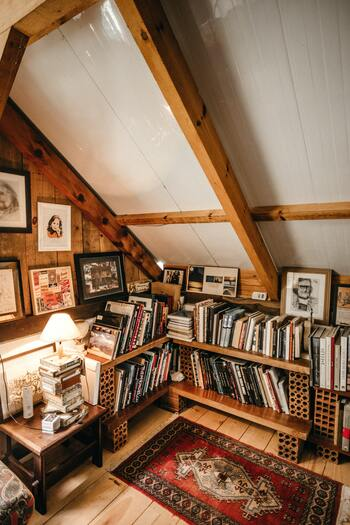 屋根裏にたくさん本を並べて、自分だけのおこもりスペースに。ブロックと棚板を組み合わせれば、高さ調整も自在に、好きな場所に本棚が作れます。