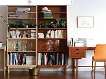 脚付きの本棚を選んだり、棚の間に空白を作ってもすっきり見せることができます。