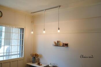 コードで吊るすタイプのペンダントライトは、ダクトレールを使えば並べて設置することができます。かわいらしく雰囲気のあるお部屋づくりに最適です。