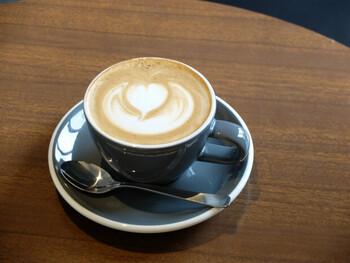 コーヒーには、シングルオリジンのコーヒー豆を浅煎りで使用。エスプレッソやフィルターなど抽出方法にもこだわりつつ、浅煎りにすることにより産地によって異なる味わいを浮かび上がらせ、豆本来のおいしさを引き出しています。酸味のあるコーヒーや口当たりのまろやかなコーヒーが好きな方におすすめです。