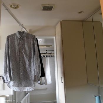 着たあとの服はハンガーにかけて通気性のいいところに干し、湿気をしっかり乾かすことが大切です。屋外の直射日光は服が傷みやすいので陰干しがおすすめ。夜なら換気扇のある洗面所か風の通る場所がいいですね。