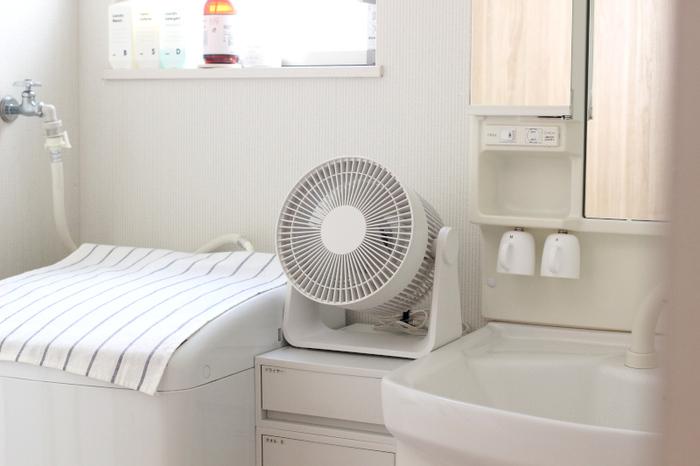 持ち運びしやすいコンパクトサイズなので、移動もラクラク!熱気がこもりやすい脱衣洗面所に置けば、お風呂あがりも涼しく快適になりそうですね。