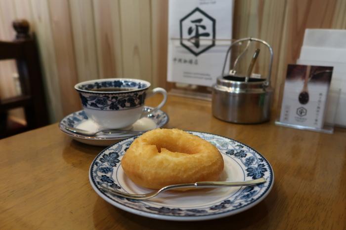 そのほか、「パウリスタ」のレシピを今でも守って手作りしている自家製ドーナツも人気。優しい甘さと素朴な味わいが、コーヒーにぴったりです。