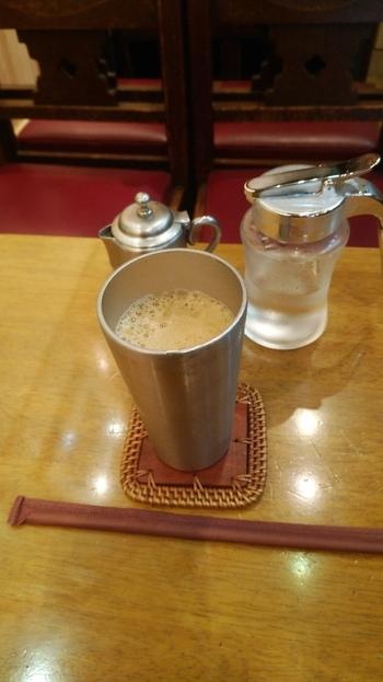平岡珈琲店オリジナルブレンドの「百年珈琲」は見逃せませんが、暑い季節には「冷製コーヒー」もおすすめ。淹れたてのコーヒーをシェーカーで急冷させるもので、そのために表面が泡立っています。冷やすことで苦みが際立ち、さっぱりといただけますよ。