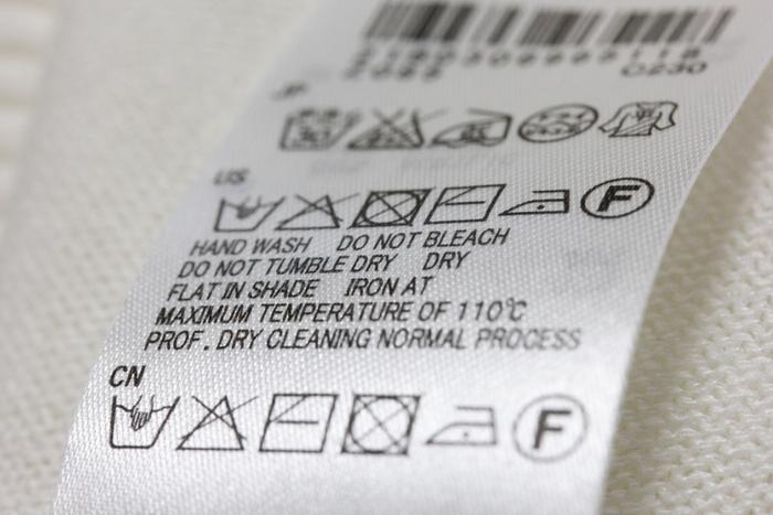 洗濯を始める前に、水洗いできるかどうか洗濯表示を確認しておきましょう。洗濯機や手洗いでの洗濯が可能である表示なら、おうちでお手入れができます。