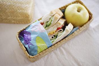 布のナプキンの代わりに、ペーパーナプキンを添えるのはよくあることですね。その他にもワックスペーパーの感覚で、サンドイッチに合わせてもかわいらしいです。果物との仕切りやラップで包んだおにぎりに添えても良さそうです。