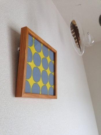 デザインが気に入って買ったペーパーナプキンだから、飾ってもいいのではないでしょうか?額縁に入れれば、簡単にインテリアアイテムに早変わりします。テキスタイル感覚で壁に飾ってみよう。