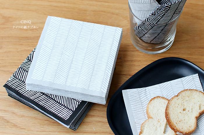ドイツ製の紙ナプキンはヘリンボーン柄がシックです。モダンな雰囲気だから、和洋を問わず使えそう。他の紙ナプキンと組み合わせて使っても良さそうです。
