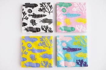 鹿児島睦さんのデザインする紙ナプキンは、独特のイラストと色使いが魅力的です。モノトーンやブルー、ピンクなどハッと目を引く色合いはテーブルで話題になりそうですね。
