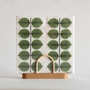 抽象化された木の葉のデザインが北欧らしくて素敵なペーパーナプキンです。シリーズのカップやお皿もあるので、集めて使いたくなります。木製のスタンドも好相性でお手本になります。