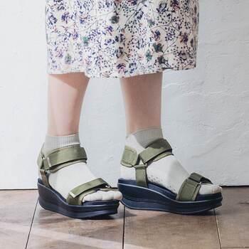 夏も履きやすいくるぶしよりやや上・短め丈の5本指ソックスもおすすめです。シークレットタイプなので指の形が気になりにくい!滑り止めが付いているので、サンダルやパンプスとも合わせやすいんです。お出かけ用に持っておくと便利ですね。