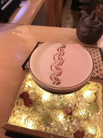 「Bar ISTA」の楽しみ方は、ラテアートだけではありません。オリジナルの珈琲カクテルも提供しており、スパイスやミルク、リキュールとエスプレッソの苦みとの組み合わせは、ここでしか味わえない逸品。華やかな見た目にも、目を奪われてしまいます。ついつい飲みすぎないよう、ご注意くださいね。