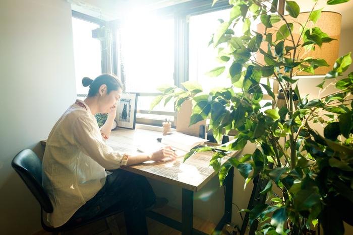 東京都内の中古物件をおしゃれにリノベーションし、賃貸として提供している【REISM(リズム)】。ライフスタイルにこだわって設計するブランドの観点から、「デスクのある暮らし」について提案してもらいました。おすすめは、一人暮らしでもON・OFFの切り替えのためにデスクを置くこと。まさに、自分だけの書斎を持つという暮らし方です。