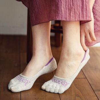 北欧風の柄がかわいい5本指ソックス。おうちで過ごす日におすすめの1足です。シルク混の爽やかな履き心地で、汗をかきやすい夏の足を、冷えからしっかりカバーしてくれます。指の間も快適で気持ちいい!
